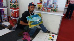 Artista Vagner Ligeirinho pintando com tintas Gekril